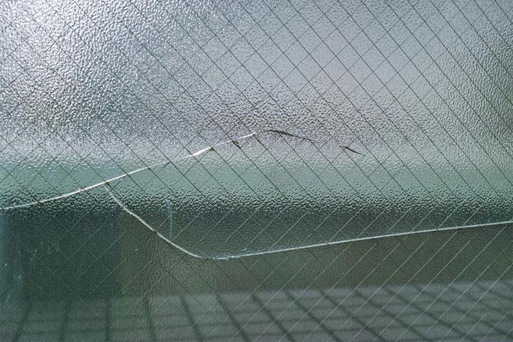 ワイヤーガラスのひび割れ修理は火災保険が使える!
