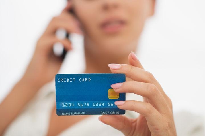 銀行やクレジットカード会社に連絡
